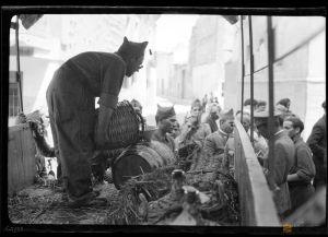 Reparto de vino para las tropas desde un camión. Manuel Coyne Buil. Zaragoza. 1936. [1]