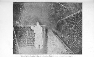 Fig 4. Bouteilles entrayees et ouvrier en travail devant un pupitre. [1]