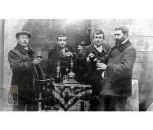 Grupo de amigos en una bodega bebiendo vino. 1900. [1]